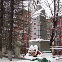 Monument to Lenin at the main building of Volokolamsk Spinning and Weaving Mill, Высоковск