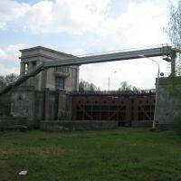 пешеходный мостик через канал на шлюзе, Икша