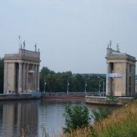 шестой шлюз в Икше-на заднем плане виден пешеходный мост через канал, Икша