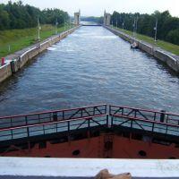 вид с пешеходного моста над 6 шлюзом в Икше по направлению к Икшинскому водохренилищу, Икша