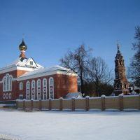 Слева церковь Иоанна Предтечи на территории Покровско-Васильевского мужского монастыря. Павловский Посад, Павловский Посад