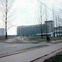 """Пущино весной 1985 года. Вид с почтампта на дом АБ-1 и гостиница """"Пущино""""., Пущино"""