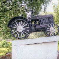 Памятник механизаторам.Трактор ХТЗ.Das Denkmal den Mechanisatoren, Любытино