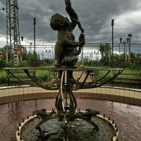 Действующий уже не полностью фонтан почти XIX века (восстановлен в 2005 г., автор не известен, в оригинальной версии в чаше стоял мальчик с крестом), Малая Вишера