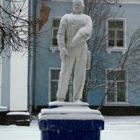 Скульптура лётчика, Старая Русса