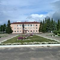 Памятник Ленину и здание администрации, Чудово