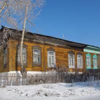 Новосибирская обл., Колывань. Дом возле школы №2 с резными наличниками, Колывань
