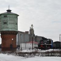 Водонапорная башня и паровоз Эм740-28 в Марьяновке, Марьяновка