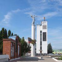Стелла в честь 850-летия города на площади Ленина, Мценск