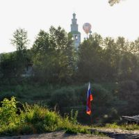 Внизу - река Сылва. Флаг установлен над лодочной станцией, Кунгур