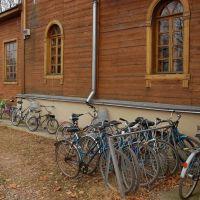 Велосипеды у церкви Рождества Христова, Новоржев