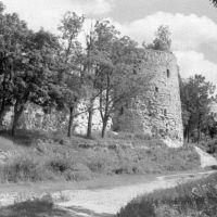 Порхов. Круглая башня в крепостной стене. 07/1956г., Порхов