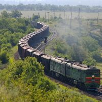 Diesel locomotive 2TE10MK-3270 with cargo train near Kakichev, Аютинск