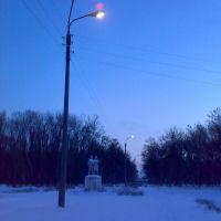 Памятник в городском парке зимой, Зерноград