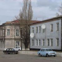 Константиновск. Вид с центральной площади города на сельхозуправление и дом быта 16/III.2007, Константиновск