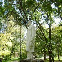 Sculpture in autumn park / Скульптура в осеннем парке, Таганрог