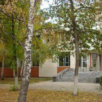 Здание Администрации г.Кинеля, вид из парка, Кинель