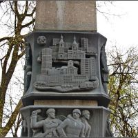 Луга. На стеле в честь 200-летия города, Луга