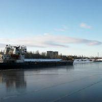 Desire из Таганрога проходид по уже затянутому льдом судоходному каналу г.Балаково, Балаково