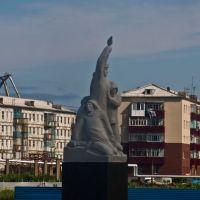 Памятник погибшим морякам август 2010 (правда они смотрят не в ту сторону), Невельск