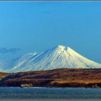 Камбальная Сопка. На переднем плане 2-й Курильский пролив и остров Шумшу, Северо-Курильск