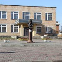 Бюст Михаила Ивановича Глинки (установленный перед музыкальной школой), Ельня