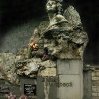 Nina Poptsova Monument, the member of the Komsomol and the guerrilla of World War II. Памятник Нине Попцовой, комсомолке-партизанке, очищенный от ... кафе, Пятигорск
