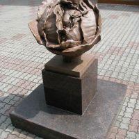 Скульптура на входе в роддом №1 (июнь 2011г.), Томск
