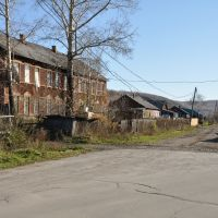 Obluchye (2012-10) - Traditional wood buildings on local road, Облучье