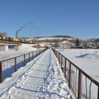 Obluchye (2013-02) - Pedestrian bridge across river in winter, Облучье