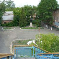Вид с пешеходного моста на заводоуправление и Ильича, Коркино
