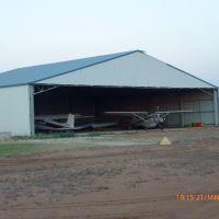 Warren - Airport, A Hangar with Aircraft - 2014-01-21, Батурст