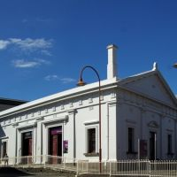 Ballarat Railway Station (2011). This was built in 1862, with the footbridge and waiting rooms added in 1877. The grand portico and clocktower were added in 1891, Балларат