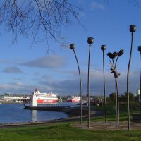 Poppy sculpture & the two spirits in dock on the Mersey river., Девонпорт