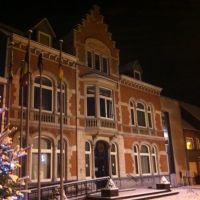 Gemeentehuis Kortemark in de sneeuw, Бруже