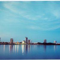 vista de Petrolina da margem do rio em Juazeiro... uma bela vista, Жуазейро