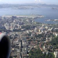 Santa Teresa, Arcos da Lapa, Glória/Centro, aeroporto Santos Dumont (SDU), baía da Guanabara e Niterói (aos fundos), RJ, Brasil., Кампос