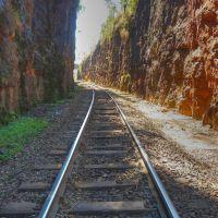 Trilhos de Rubião à Botucatu entre rochas de arenito, Ботукату