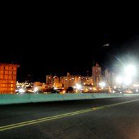 Vista noturna da cidade de Catanduva vista do viaduto Miguel Pachá, inaugurado em JAN/1977. Este viaduto era chamado antigamente de Viaduto Castello Branco.  O viaduto interliga o Bairro de Higienópolis ao Centro da cidade e tem a extensão de 495 metros, , Катандува