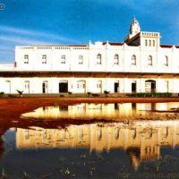* Estação da Goyaz refletida no espelho dágua de chuva da fachada posterior, Арагуари