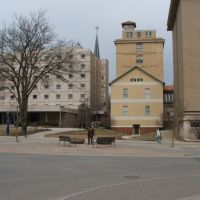 Seashore Hall and Irving B Weber (Iowa Citys official historian) statue, Iowa City, IA March 26, 2008, Блуэ Грасс