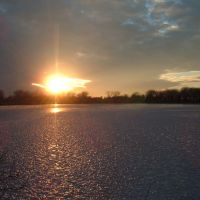 Dec 2004 - Worthington, Minnesota. Winter sunset shining on the ice of Lake Okabena., Калумет