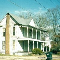 I House in Alabama, with add on porches to make it more Southern.  Central front gable is common in Mid Atlantic I houses., Бруквуд