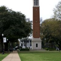 Denny Chimes with Presidents Mansion behind, Нортпорт