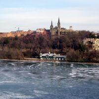 Healy Hall, Georgetown University & Potomac River from Key Bridge, Georgetown, Washington DC, Арлингтон