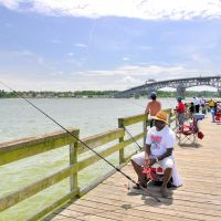 VIRGINIA: GLOUCESTER COUNTY: portrait of a fisherman on the Gloucester Point Beach Park Fishing Pier, Йорктаун