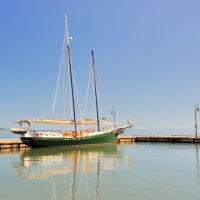 VIRGINIA: YORK COUNTY: YORKTOWN: two-masted schooner Serenity at the Yorktown docks, Йорктаун