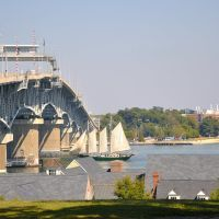 VIRGINIA: YORK COUNTY: YORKTOWN: the three-masted schooner Alliance sails under the George Preston Coleman Memeorail Bridge, Йорктаун