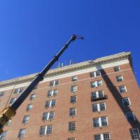 Crane Working at 500 Court Sq, Charlottesville VA, Чарлоттесвилл