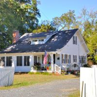 VIRGINIA: CHESAPEAKE: classic home, 980 Bells Mill Road nearer view, Чесапик